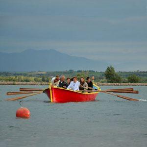 Mise à l'eau de la barque à rames
